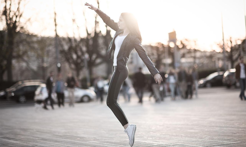 Model Photoshooting springt am Bellevue Sonnenuntergang